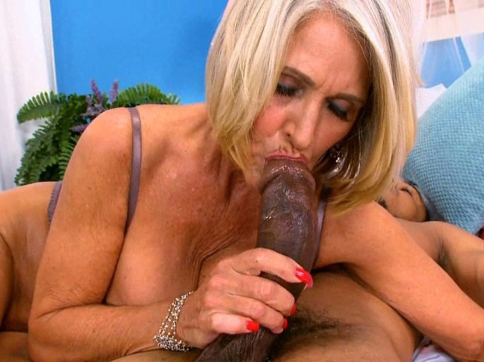 Pictures of mature women having sex